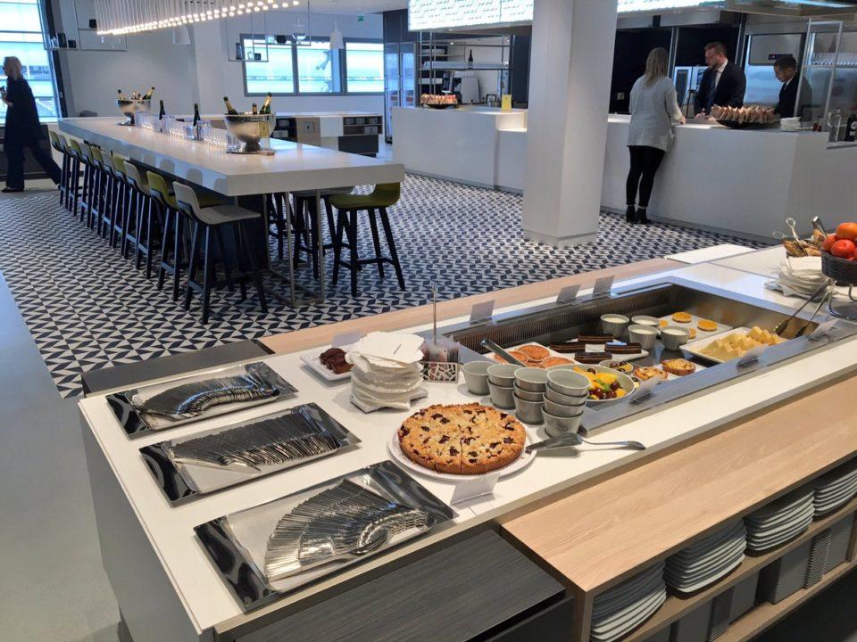 L'espace restauration inspiré d'une brasserie parisienne, buffets et sélection de vins & champagne