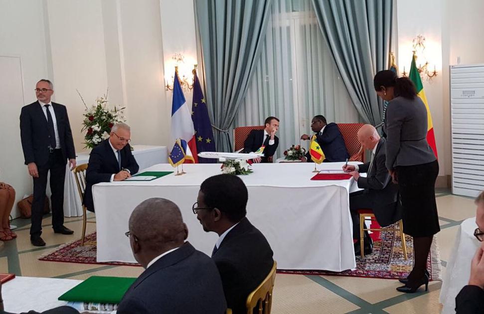 Signature en présence du Président de la République Française Emmanuel Macron en visite d'Etat au Sénégal et de Macky Sall, Président de la République du Sénégal
