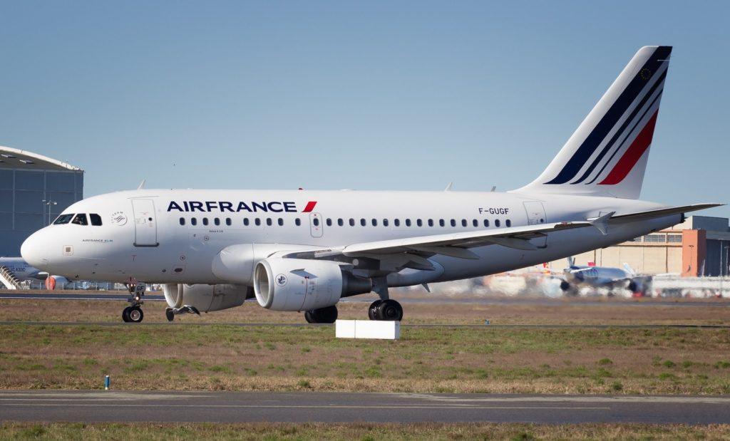 F-GUGF Air France Airbus A318-100 msn 2109 doublé par un héron
