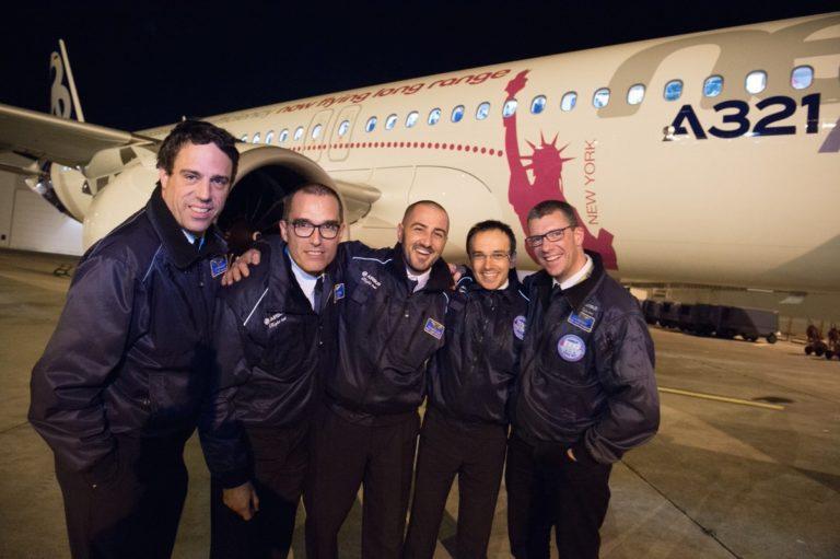 L'équipage pose devant devant l'avion