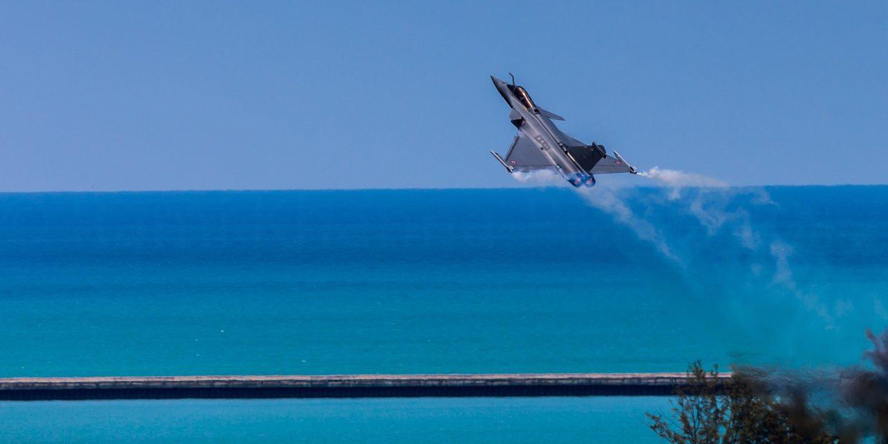 En Malaysie, Le Capitaine J.G. Martinez du Rafale Solo Display - Armée de l'Air Française au décollage pour sa démonstration du jour sur un fonds de paysage rarement vu.