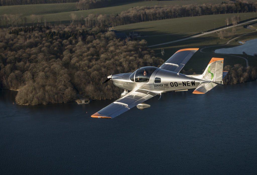 Le Sonaca 200 en vol avec Pierre Van Wetter aux commandes