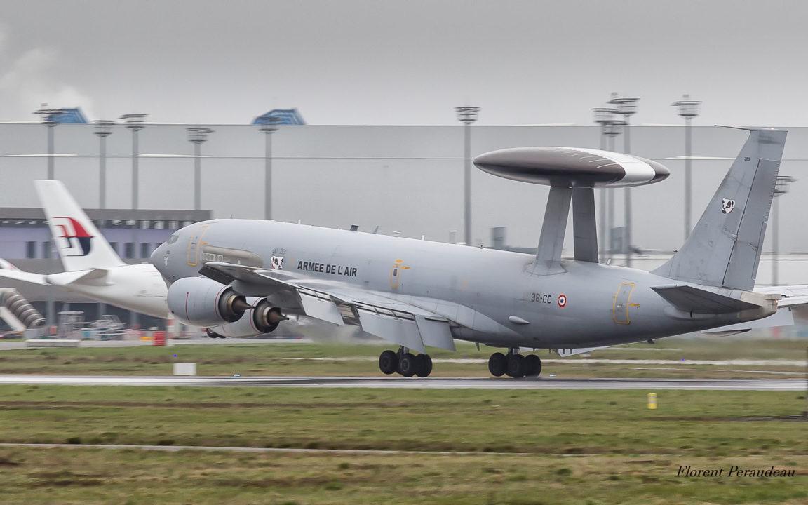 Le 36-CC, un E3F AWACS de l'Armée de l'Air à l'attérissage sur la piste de Toulouse