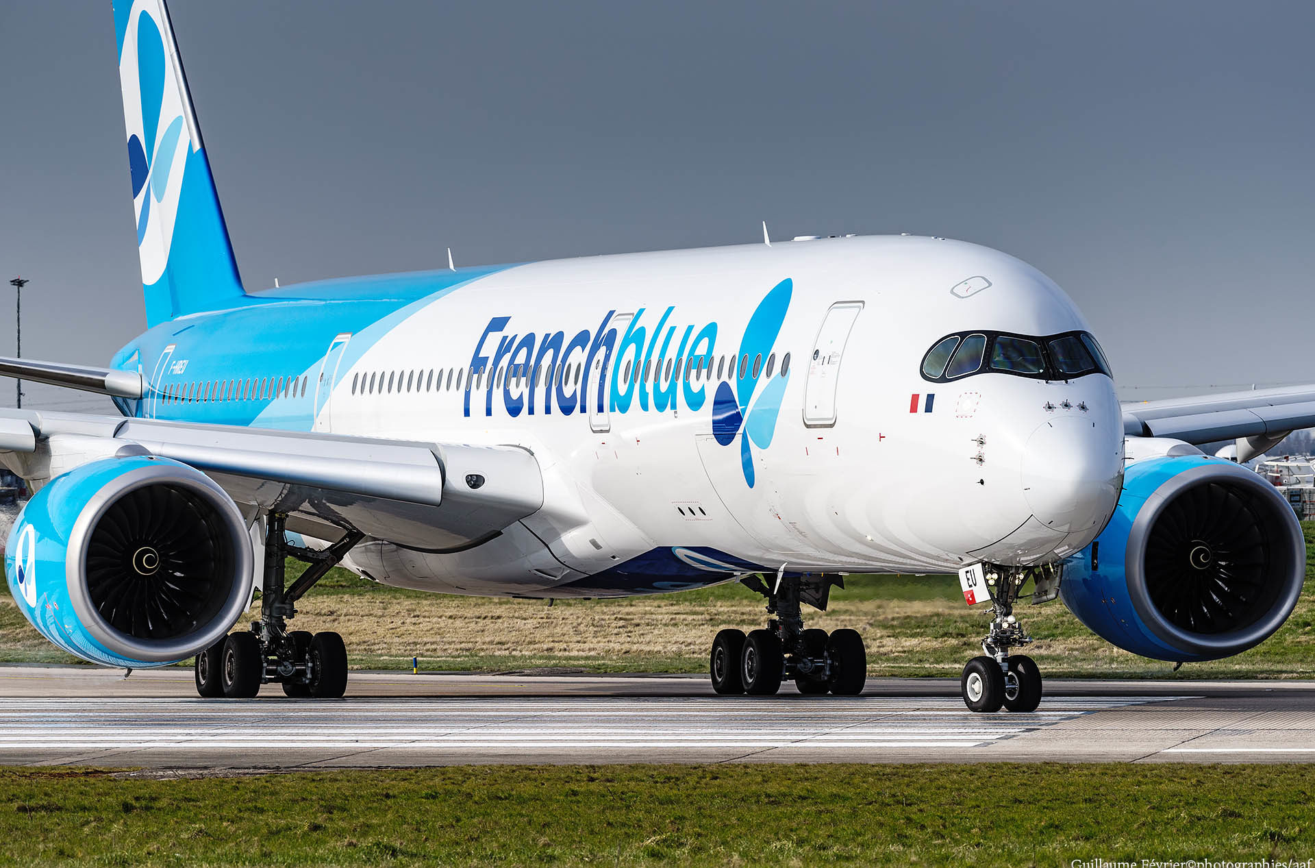 Le F-HREU, une photo bientôt collector. Cet A350 (le MSN5) aux couleurs de « Frenchblue » ne va pas garder sa robe longtemps car il va passer en « French Bee » (voir l'article /// Frenchblue change de nom et devient French bee)