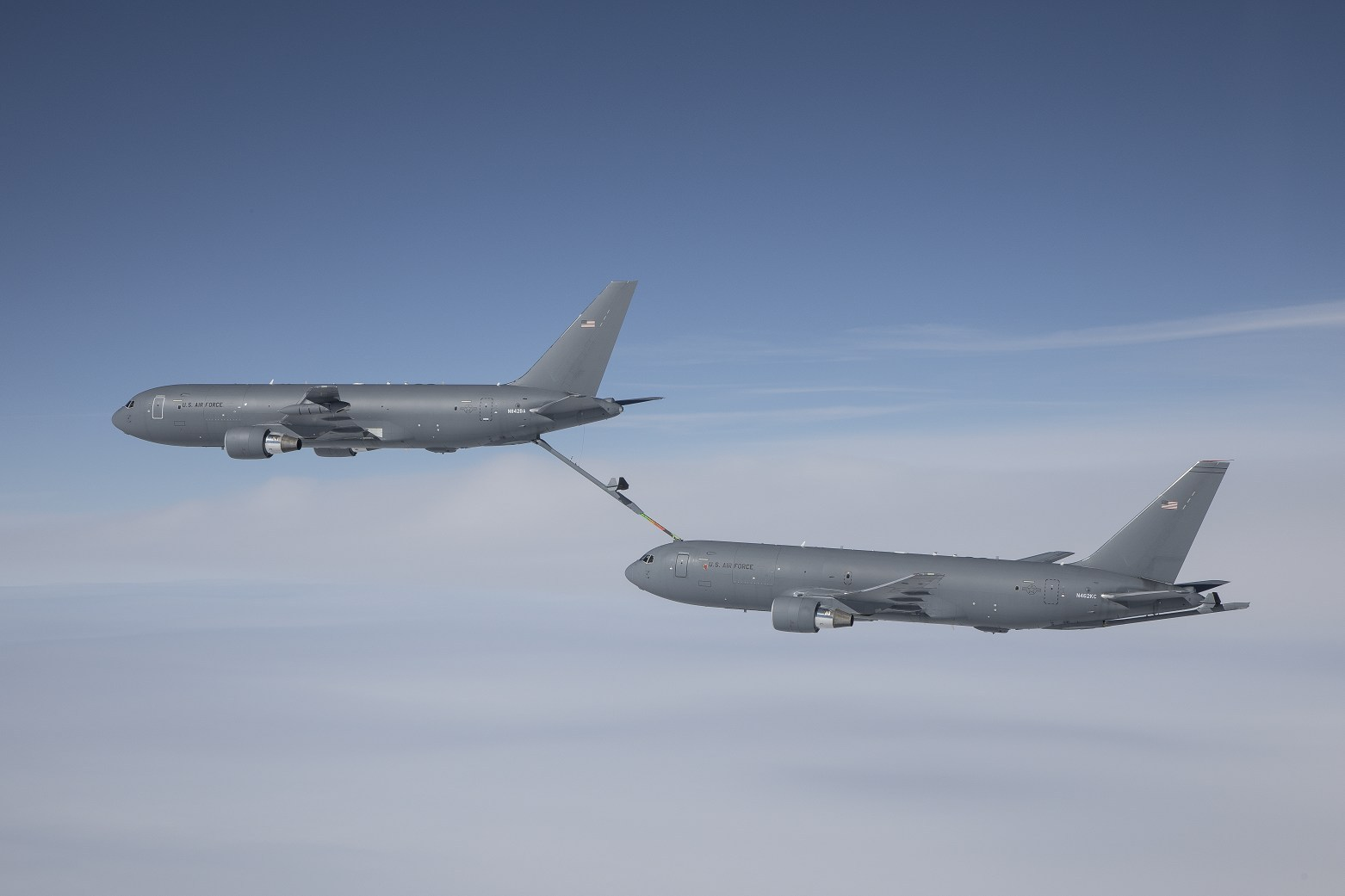 Un KC-46 alimente un deuxième KC-46, en transférant 146 000 livres de carburant dans le cadre de ses essais de certification. La rampe de ravitaillement du KC-46 lui permet de transférer jusqu'à 1 200 gallons de carburant par minute.