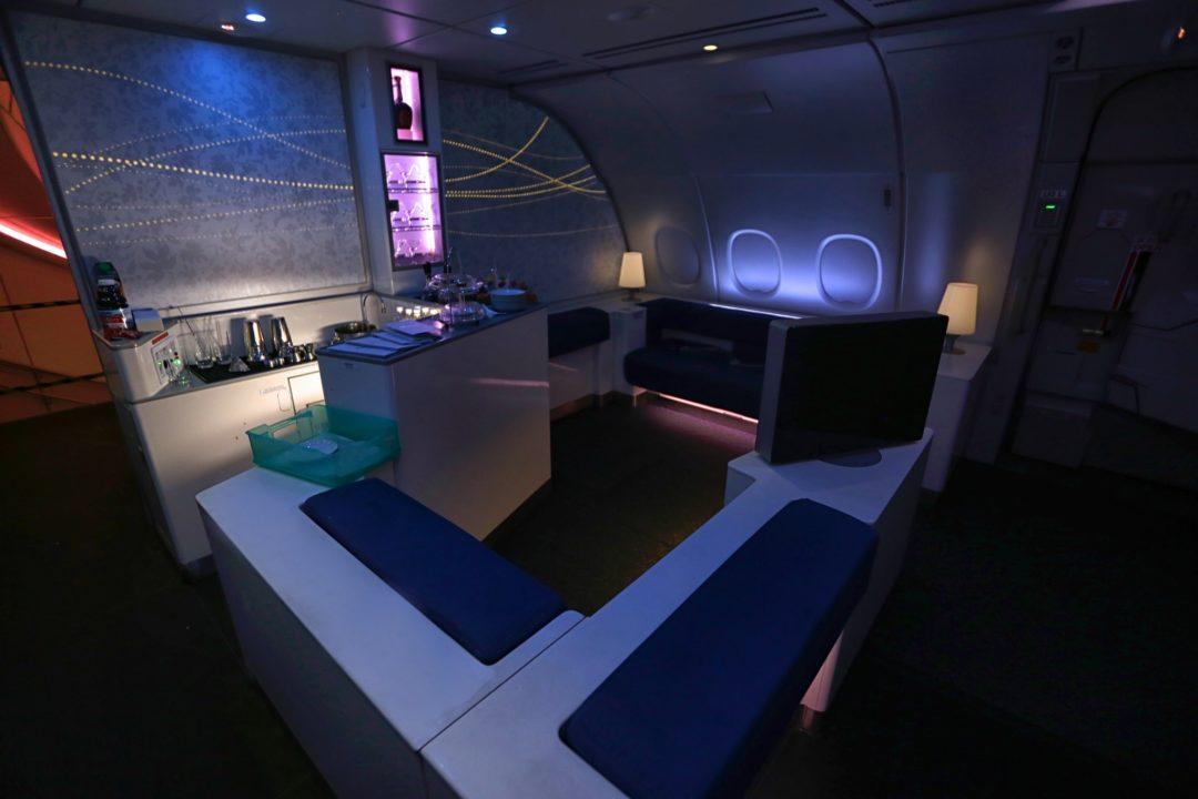 Vue du bar lounge des A380 pendant la nuit