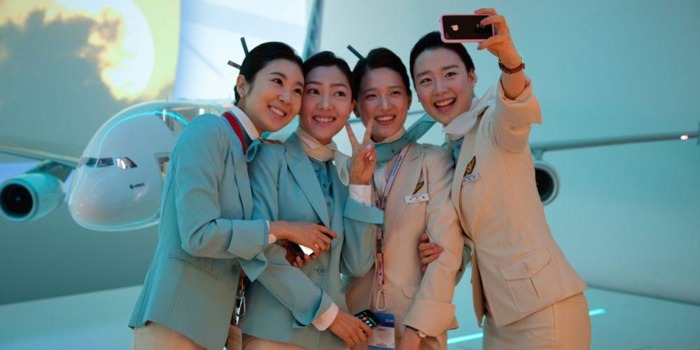 Membres d'équipage posant devant la maquette de l'A380