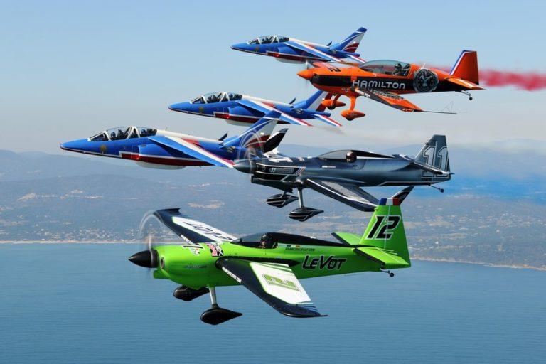 Les Alphajet de la Patrouille de France avec trois pilotes français qui participent à la compétition