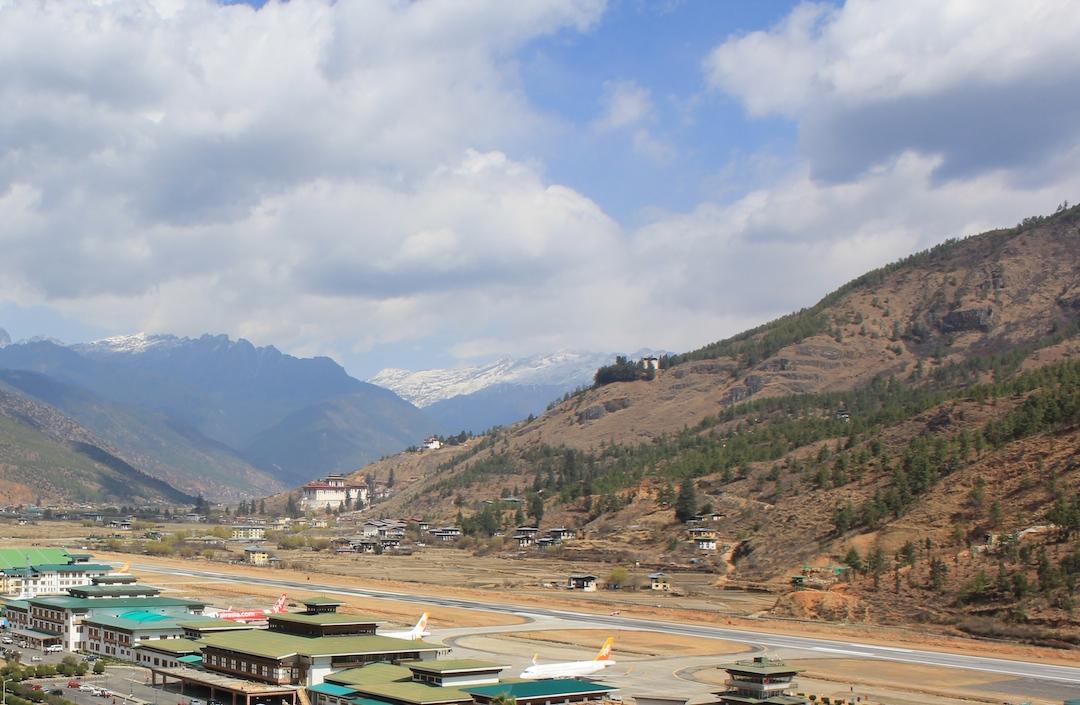 l'aéroport de Paro, situé à une altitude de 7 300 pieds