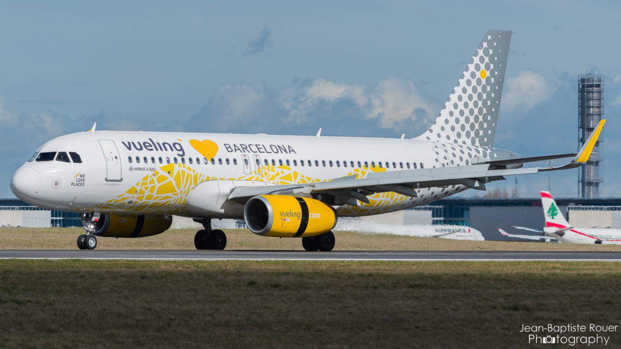 """Airbus A320-232 Vueling """"Loves Barcelona Livery"""" EC-MNZ"""