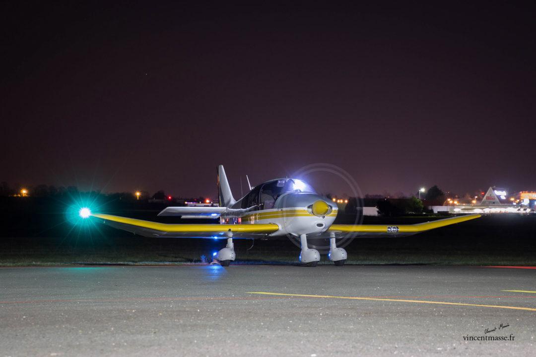 Un peu de légerté au milieu de toutes ces tonnes volantes.Le DR400 est l'avion type des aéroclubs Français, ici le G-GJZQ basé à Nevers lors d'un départ en vol de nuit.