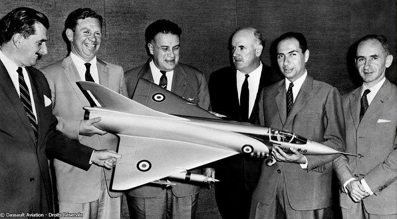 Contrat de vente des Mirage III à l'Australie. De gauche à droite : Group Captain Ronald T. Susans, Wing Commander James Rowland, Benno-Claude Vallières, un représentant du gouvernement australien, Serge Dassault et Bernard Waquet.