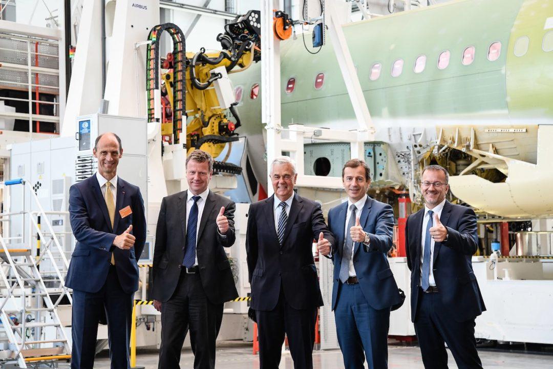 Les officiels devant la ligne de production d'A320 équipé de robots 7 axes