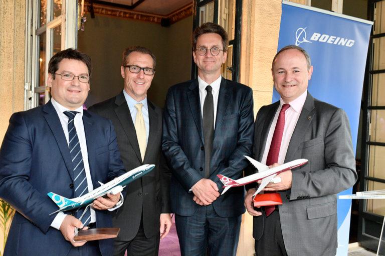 De gauche à droite : David Arragon, Directeur Général de Crouzet; Mike Dickinson, VP, Supply Chain Strategy, Boeing Commercial Airplanes; Jean-Marc Fron, Directeur Général de Boeing France; et Jean-François Chanut, Président de Ratier-Figeac