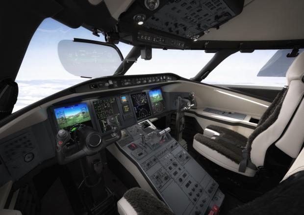 Cockpit du Challenger 350 avec HUD