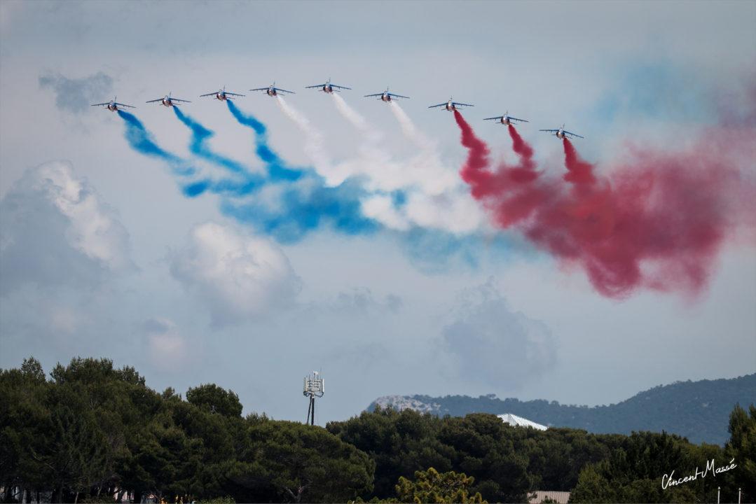 """Patrouille de France en """"big nine"""" au dessus du départ du Grand Prix de France au Castellet"""