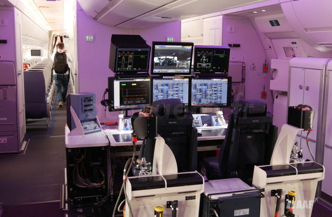 Banc de test des ingénieurs dan la cabine Airbus A350-1000 [MSN065]