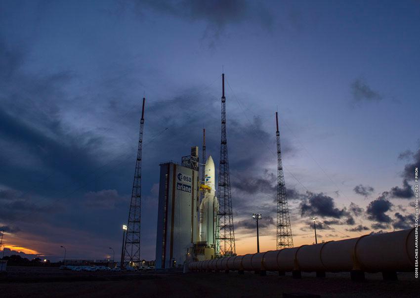 Ariane 5 sur le pas de tir à Kourou pour son 100e lancement