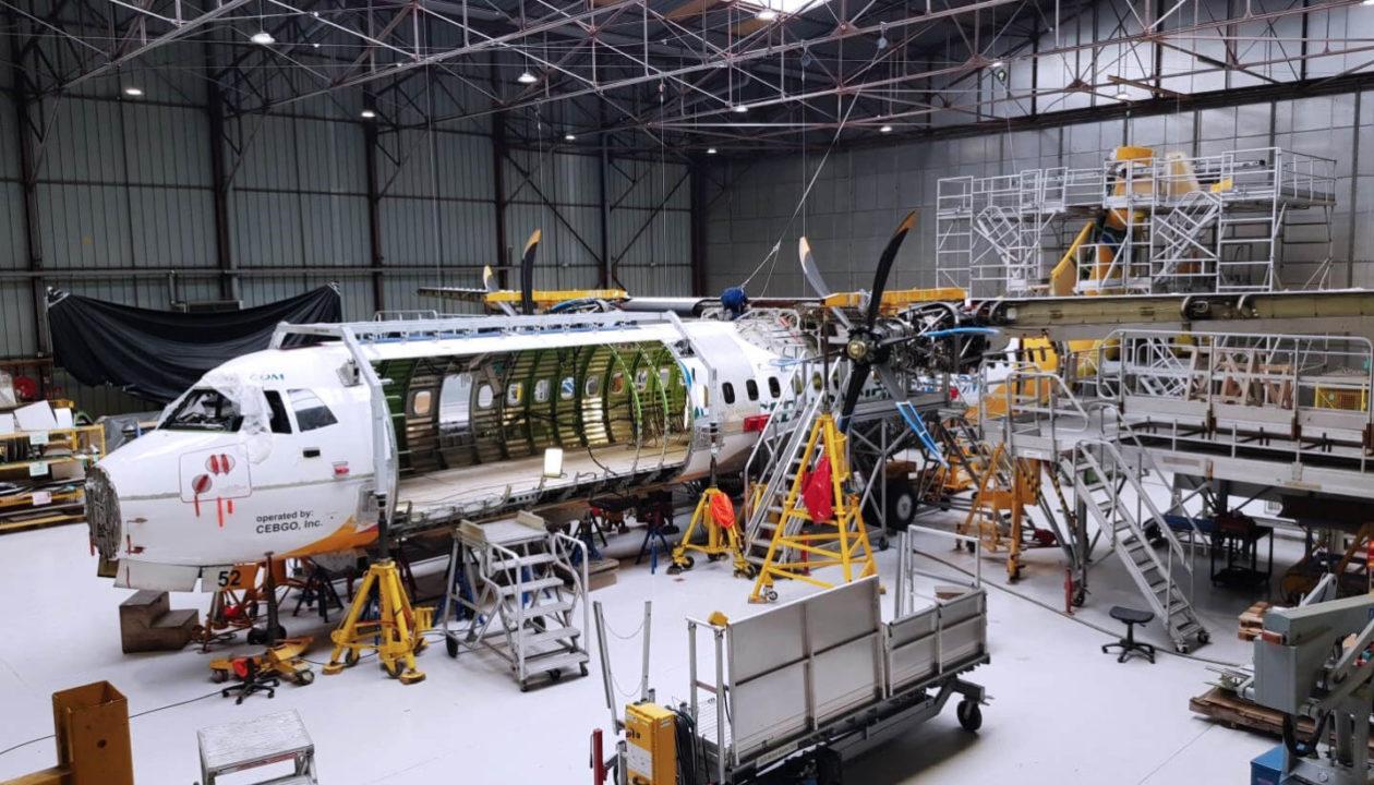 installation de la porte cargo sur un ATR 72-500 Cebu Pacific