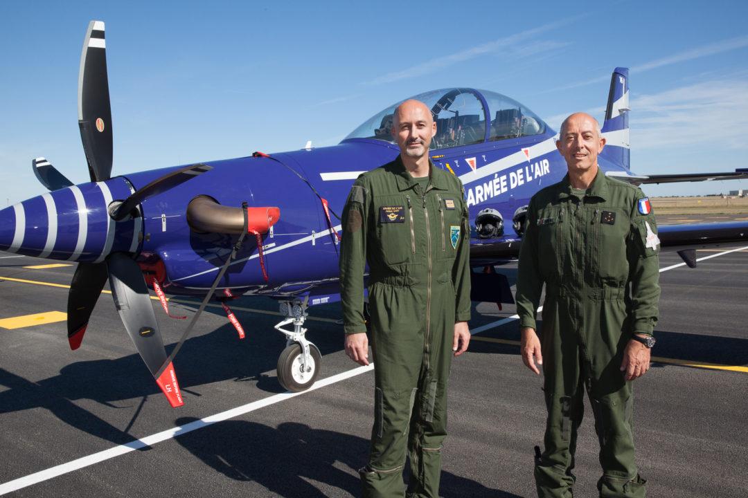 A gauche Colonel Arnaud Gary, commandant de la BA 709 de de Cognac-Châteaubernard ; à droite : Général d'armée aérienne Philippe Lavigne, Chef d'état-major de l'armée de l'air