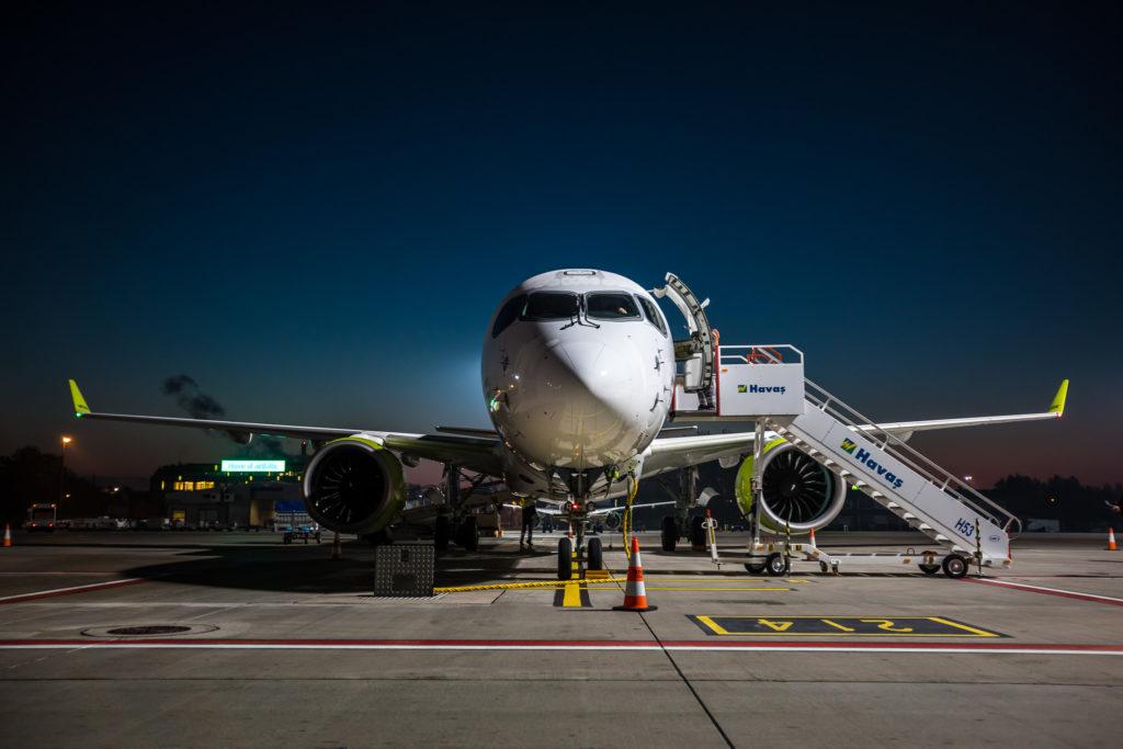 Bombardier CS300 airBaltic / YL-CSL à Riga