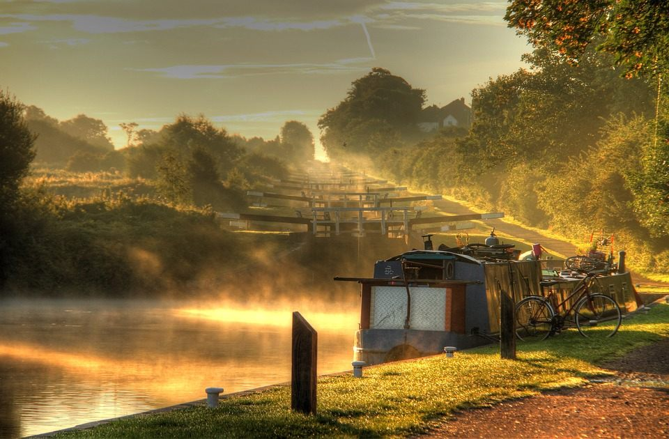 Canal dans la brume en Normandie