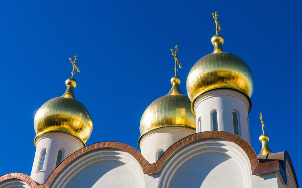 Les dômes d'une église orthodoxe de Moscou