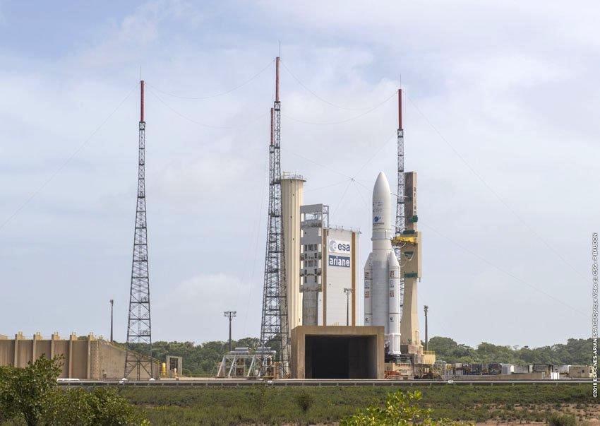 Le lanceur Ariane 5 sur sa zone de lancement à Kourou