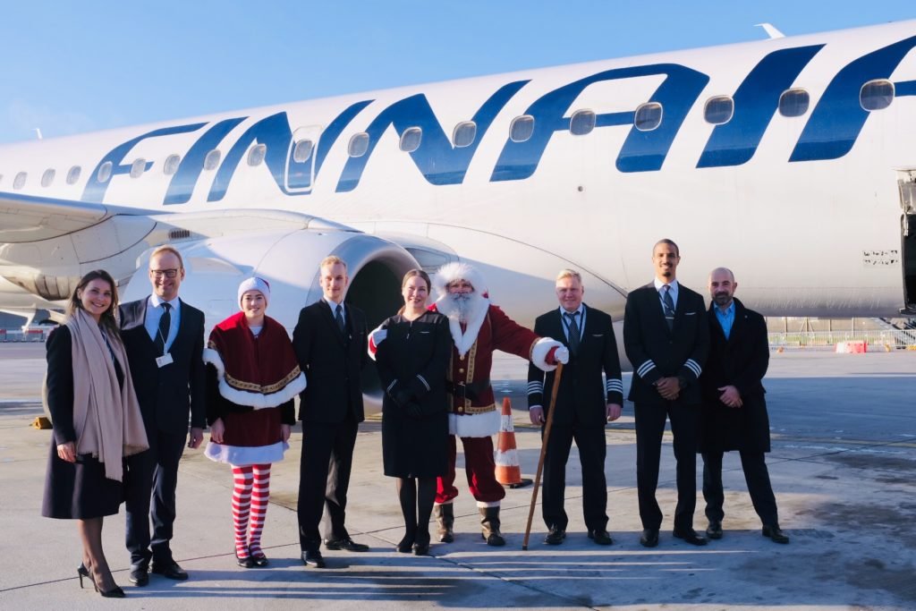 Équipage Finnair devant l'E190 à Lyon