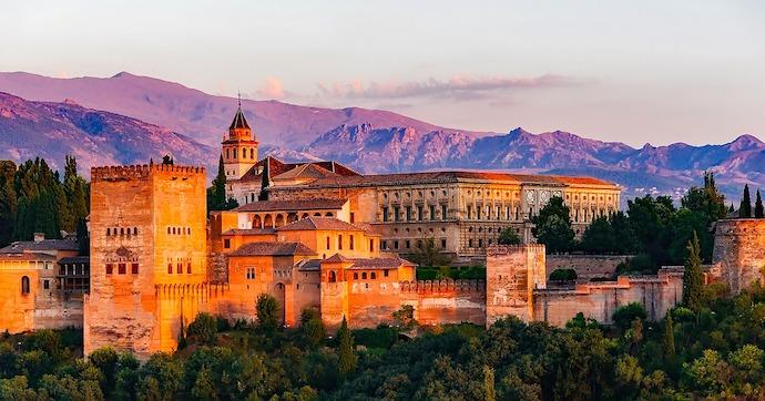 Le palais de Charles Quint, construit au xvie siècle sur la colline de l'Alhambra à Grenade