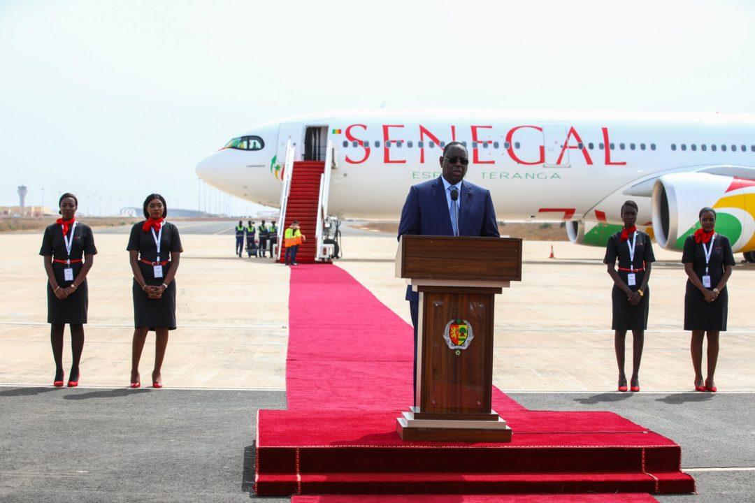 Son Excellence M. Macky Sall devant le 1er A330neo d'Air Sénégal