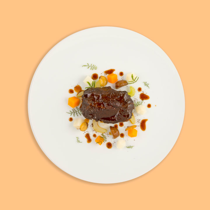 Joue de bœuf, consommé de café, céleri, marron, billes de carotte