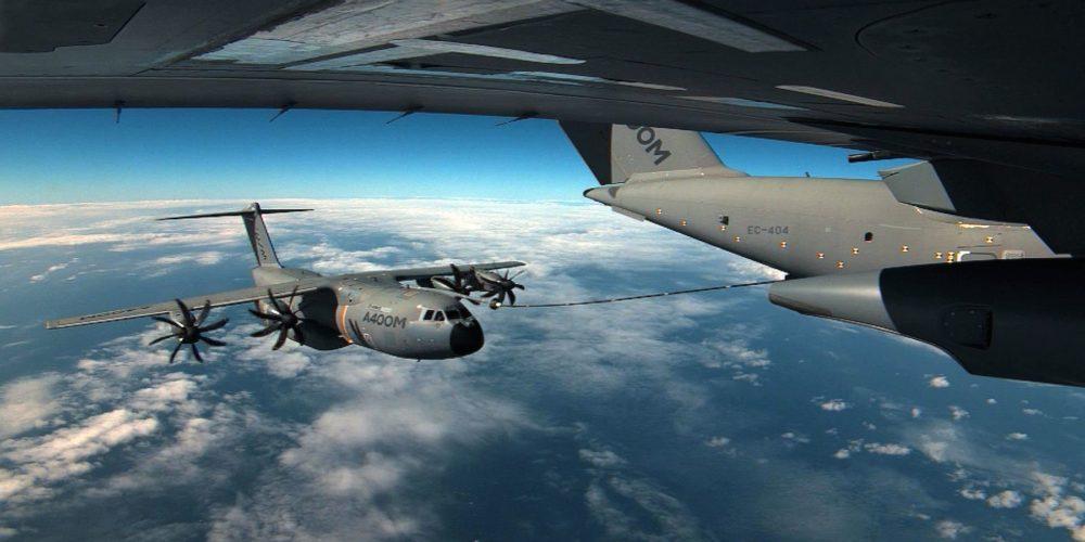 Un A400M ravitaille un autre A400M en vol