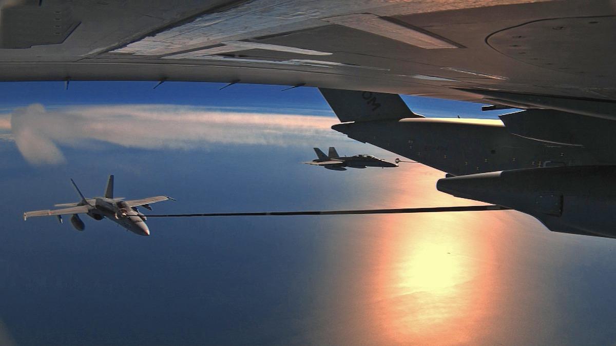 Un A400M ravitaille un F-18 en vol