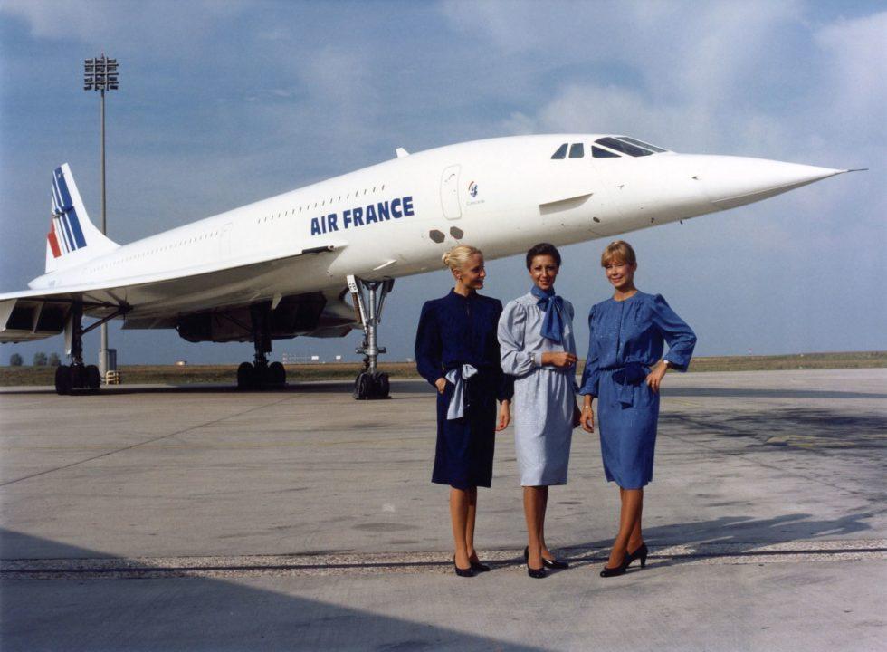 Des hôtesses posent devant le Concorde Air France F-BVFB