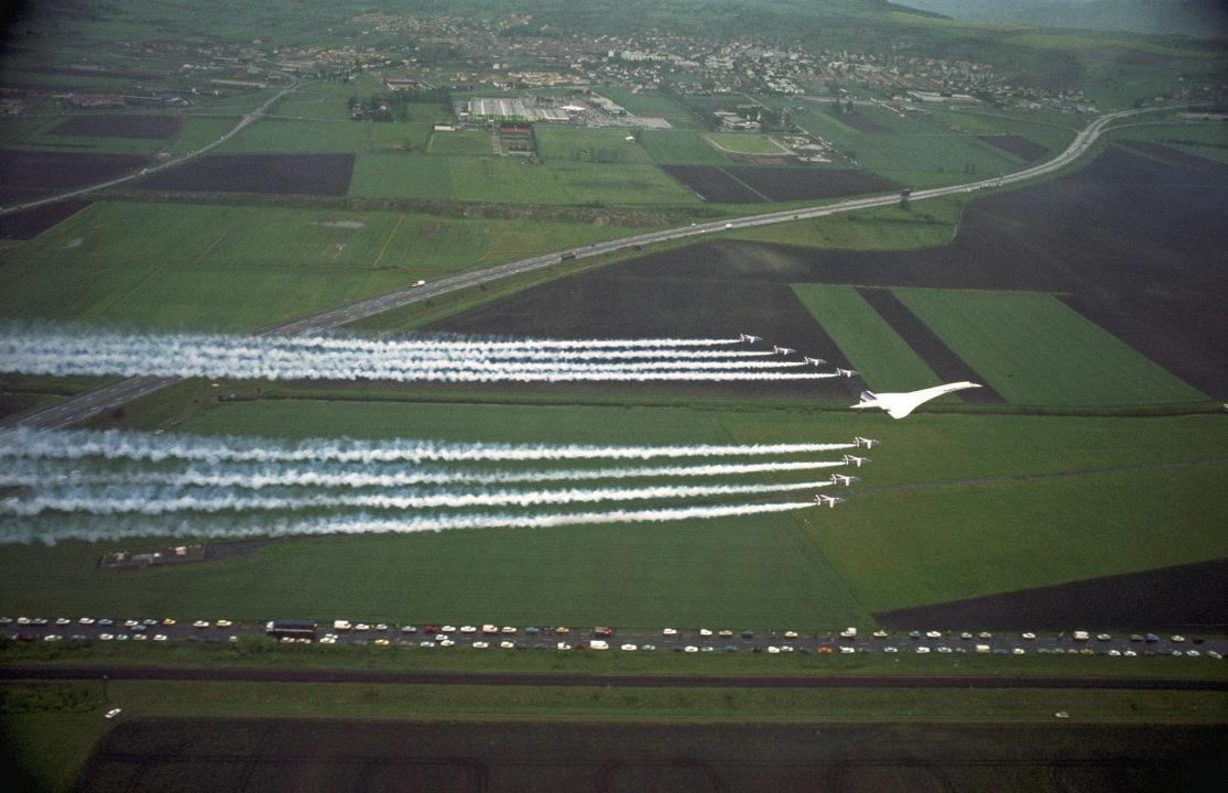 Concorde en formation avec la Patrouille de France