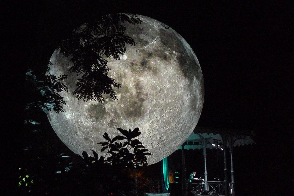 « Museum of the Moon » une lune de 7m de diamètre gonflée et éclairée de l'intérieur