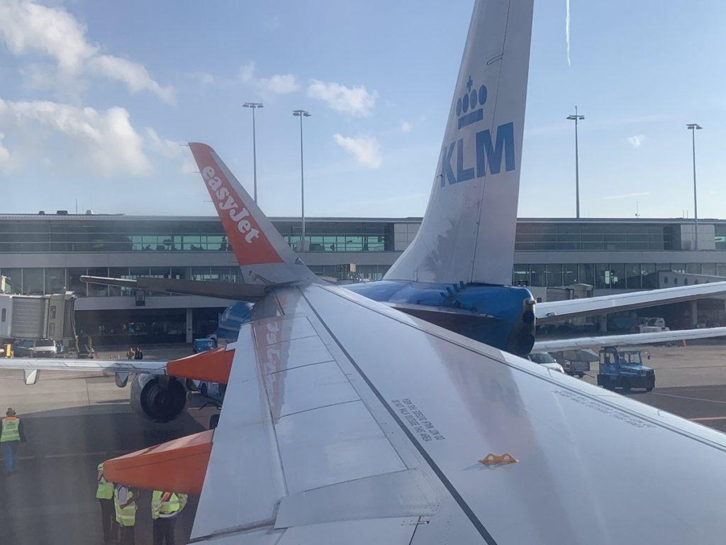 L'aile du 320 easyJet encastrée dans le 737 KLM