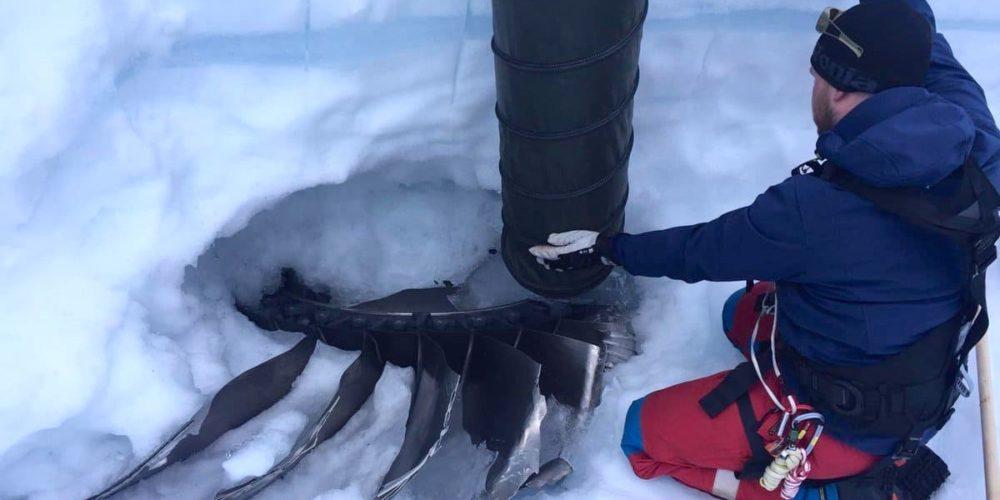 Bout de la soufflante en ttitane du moteur prise dans la calotte glaciaire © Austin Lines (Polar Research Equipment) and Thue Bording (Aarhus HGG)