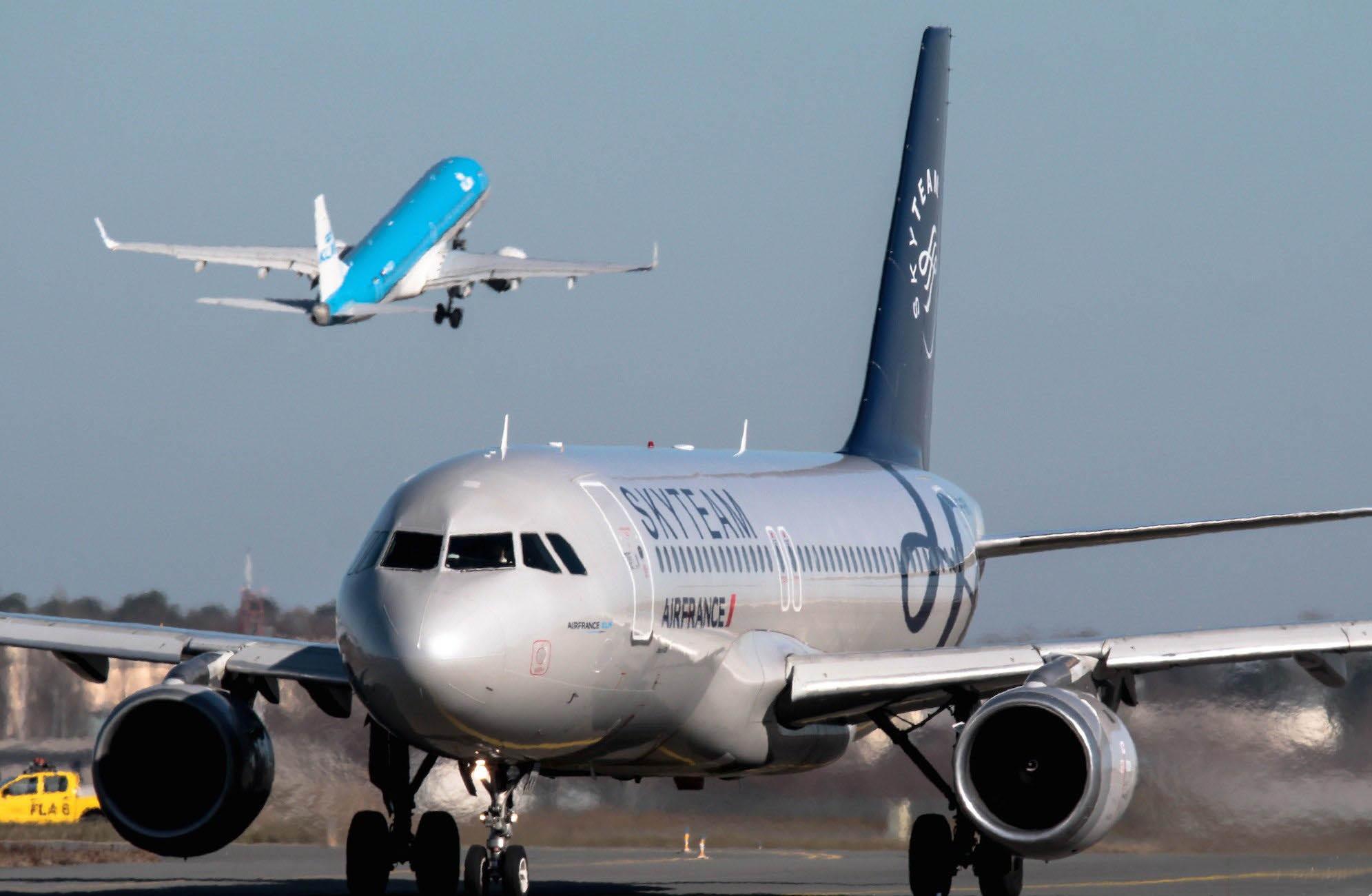 B737 KLM décolle en arrière plan d'un A320 Air France
