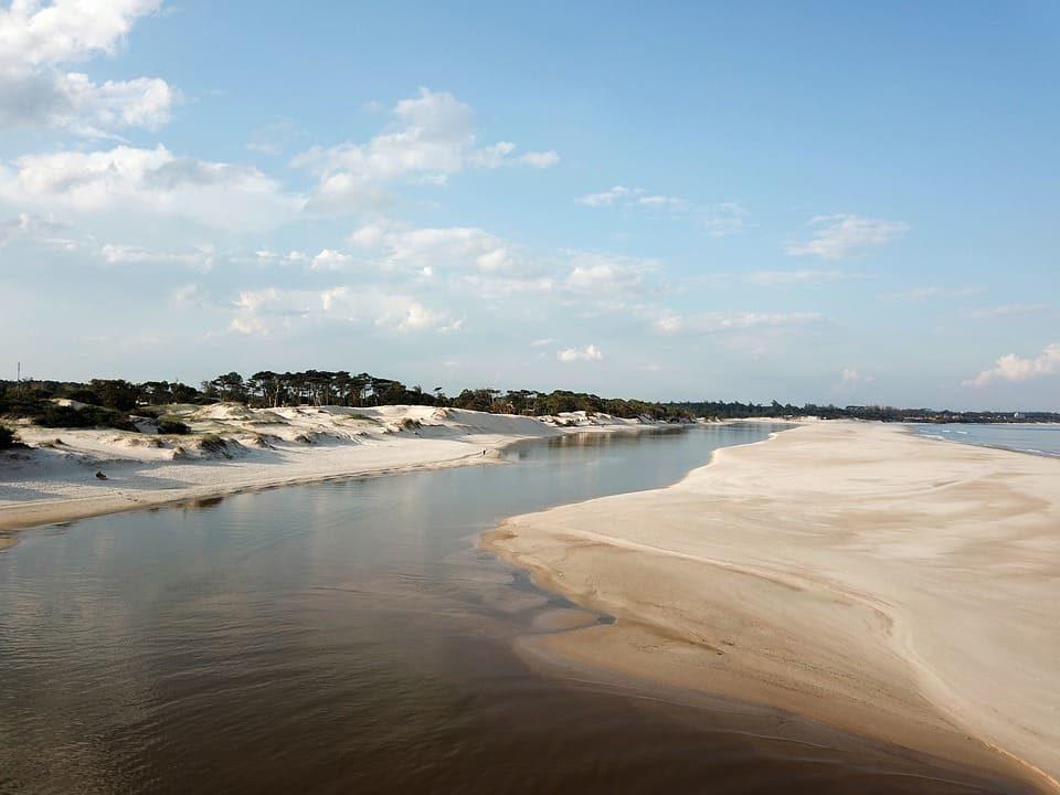Plage sauvage et dunes sur la côte uruguayenne
