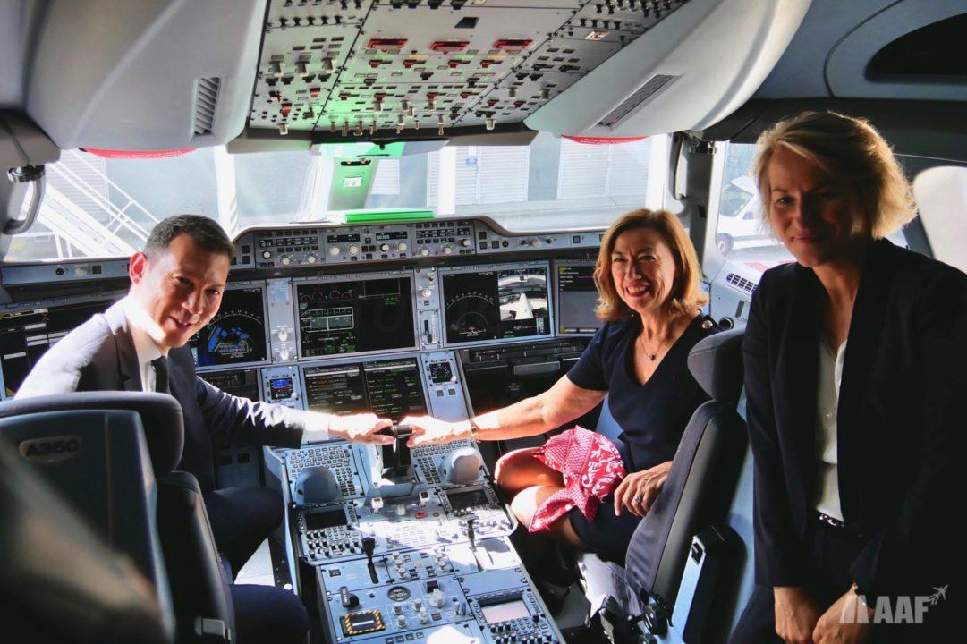 Les dirigeants d'Air France - KLM et Air France dans le cockpit de l'A350 © AAF - reproduction interdite