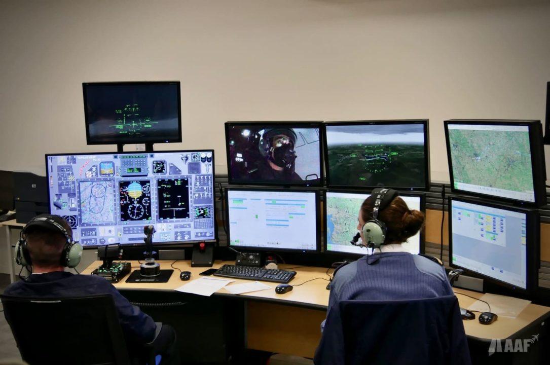 Salle de contrôle des simulateurs sphériques PC-21 à Cognac