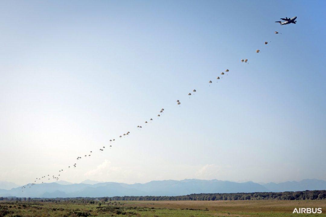 Largage parachutistes portes latérales A400M
