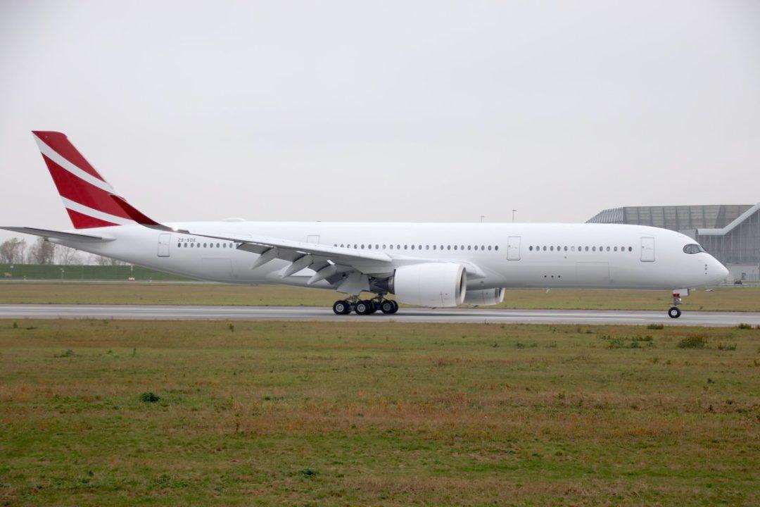 Arrivée de l'A350 Air Mauritius ZS-SDE à XFW en provenance de TLS