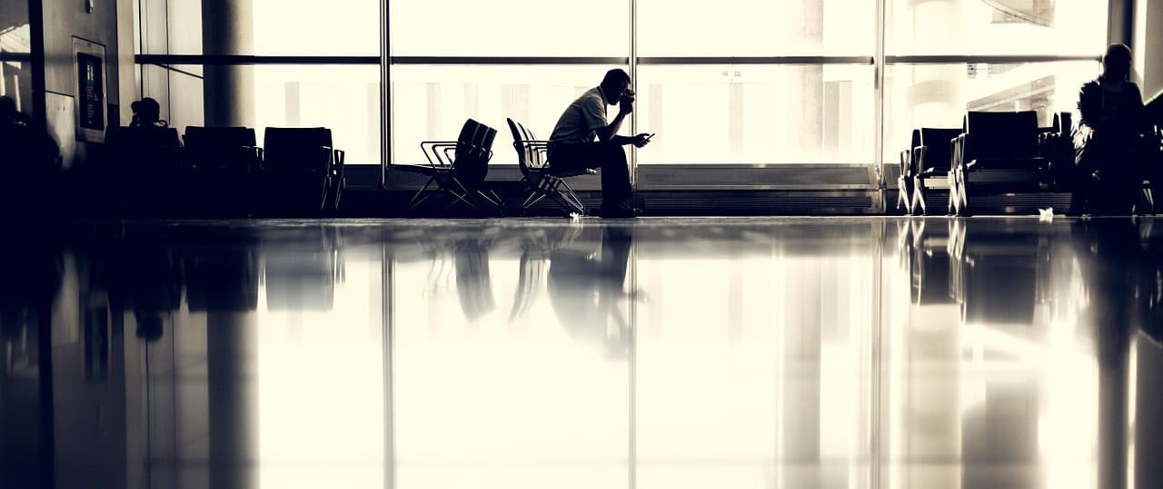 Passager seul dans un hall en attente d'un vol