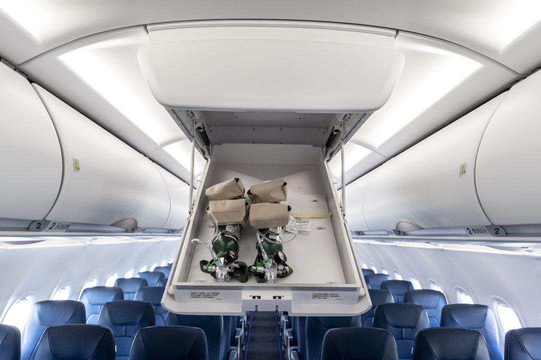 « plafonniers coffres de rangement » de l'allée centrale A320neo Air Corsica