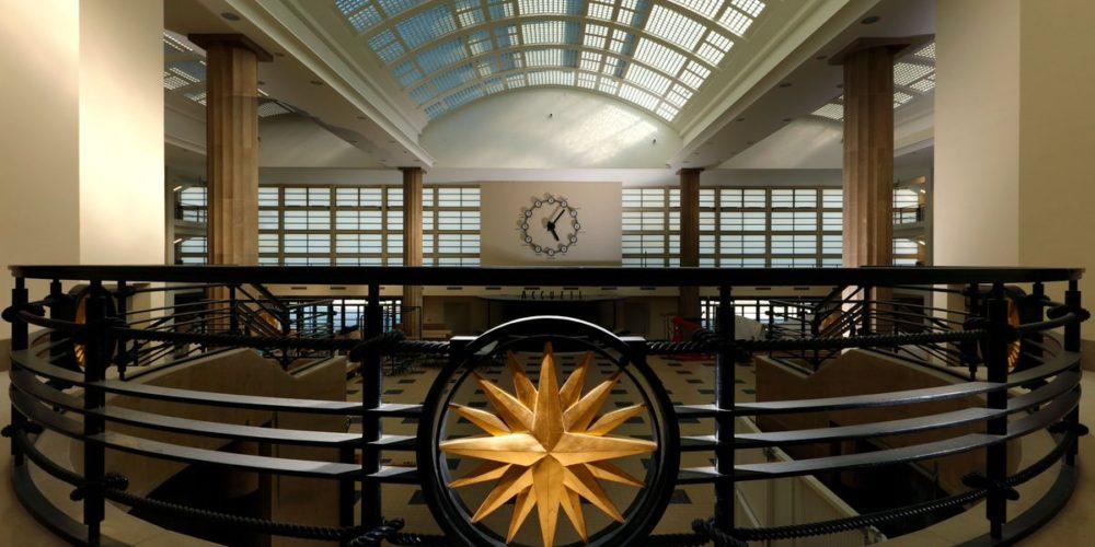 Grande Galerie dans l'aérogare avec son horloge