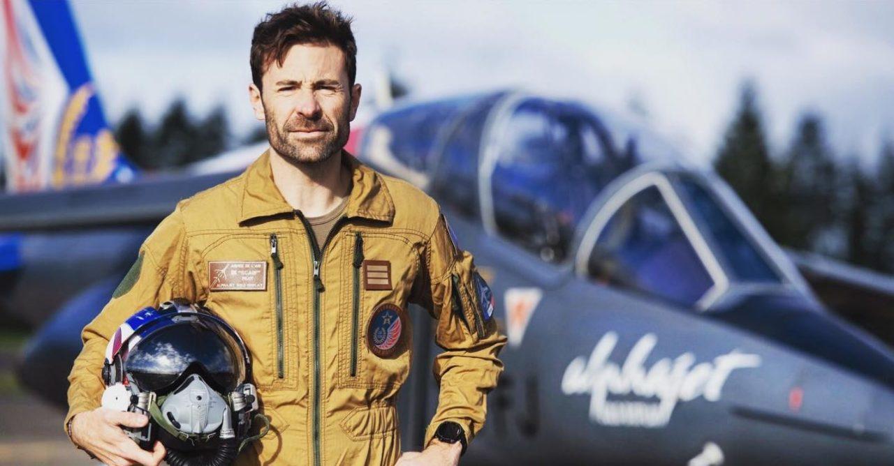 Le capitaine Benjamin Chanat « Scarf » devant l'Alphajet Solo Display