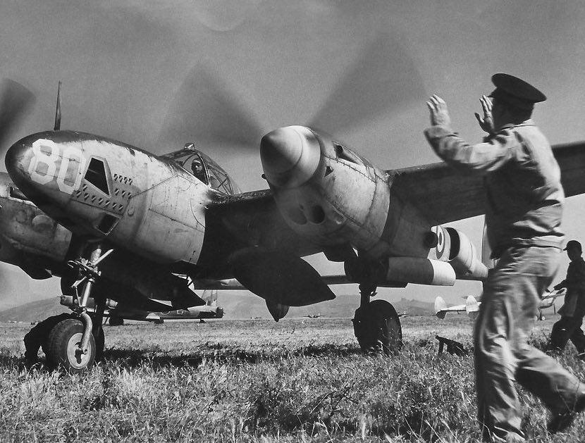 Antoine de Saint-Exupéry pilotant son P-38 à Alghero en mai ou juin 1944 / Photo magazine Life / Domaine Public